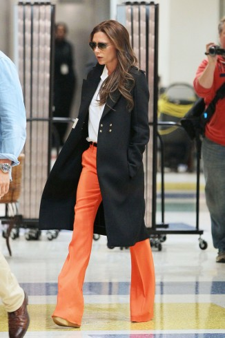 Victoria+Beckham+wearing+striking+orange+pants+6SCeeBXfDmYx